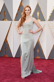 Sophie Turner chose a simple yet sophisticated gray Galvan gown for her Oscars red carpet look.