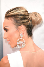 Giuliana Rancic opted for a messy, loose bun when she attended the Oscars.