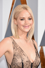 Jennifer Lawrence looked trendy with her asymmetrical lob at the Oscars.
