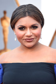 Mindy Kaling sported a classic center-parted bun at the Oscars.