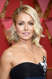 Kelly Ripa was gorgeously coiffed with this wavy 'do at the 2017 Oscars.