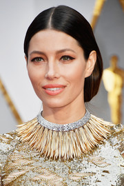 Jessica Biel attended the 2017 Oscars wearing her hair in a loose, center-parted updo.