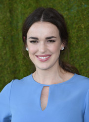 Elizabeth Henstridge was casually coiffed with this loose ponytail at the Veuve Clicquot Polo Classic.