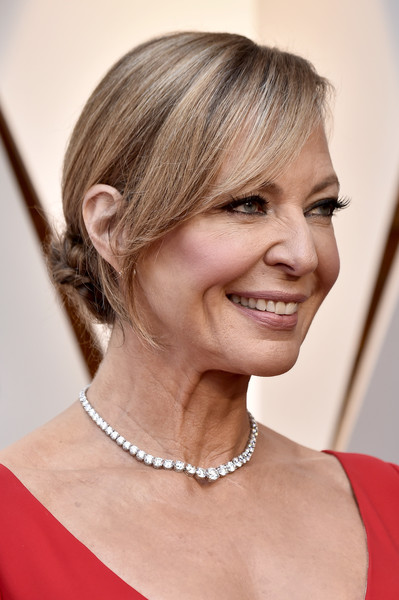 Allison Janney paired her low-cut outfit with a magnificent diamond tennis necklace by Forevermark.
