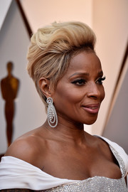 Mary J. Blige went edgy with this fauxhawk at the 2018 Oscars.
