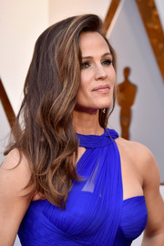 Jennifer Garner wore sexy-glam side-parted waves at the 2018 Oscars.