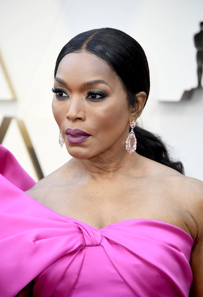 Angela Bassett looked lovely with her wavy ponytail at the 2019 Oscars.