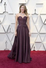 Laura Dern kept it classic in a strapless Rodarte gown with a sweetheart neckline and a ruched bodice at the 2019 Oscars.