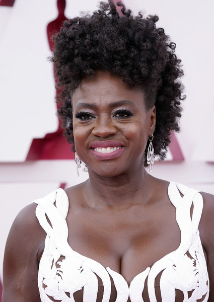 Viola Davis wore her hair in pinned-up ringlets at the 2021 Oscars.