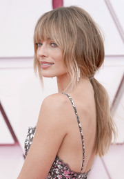 Margot Robbie kept it relaxed yet glam in a low ponytail with eye-grazing bangs at the 2021 Oscars.