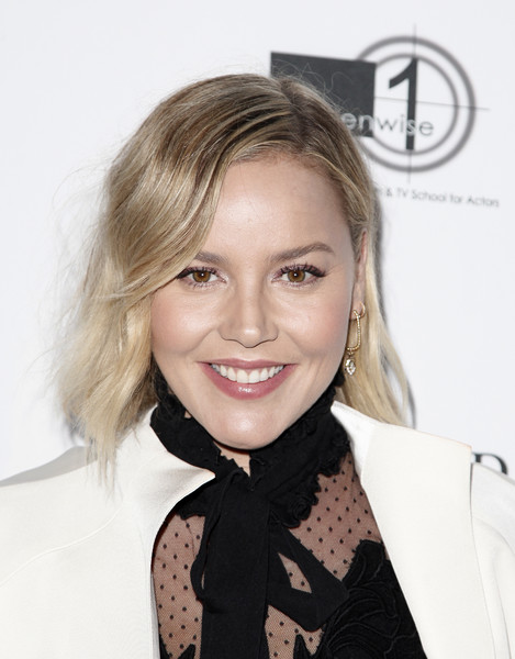 Abbie Cornish wore her hair in a subtly wavy bob at the 2018 Australians in Film Heath Ledger Scholarship Dinner.