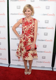 Julie Bowen finished off her look with an elegant red satin clutch.