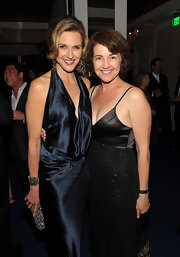 Brenda Strong wore a fabulous pair of chandelier earrings and a lovely star motif pearl bracelet to complement her gorgeous midnight blue dress