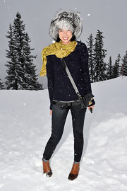 Lily Kwong was quite the snow bunny in these sleek indigo skinny jeans.