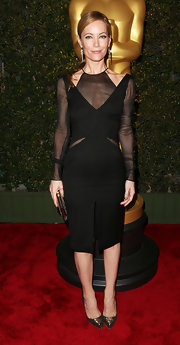 Leslie Mann always gets it right on the red carpet. Case in point: this architectural LBD with mesh insets.