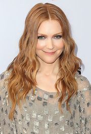 Darby Stanchfield chose a center-parted wavy 'do to show off her strawberry blonde tresses!