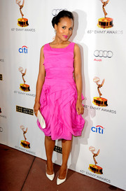 Kerry Washington styled her lovely dress with simple white pointy pumps and a crocodile clutch.
