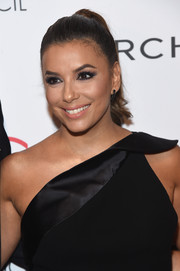 Eva Longoria looked sweet and youthful wearing this wavy ponytail at the 2017 ACE Awards.