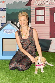 Amy Smart attended the launch of PetArmor Protection Promise wearing an 18-carat gold crinkle gypsy necklace.