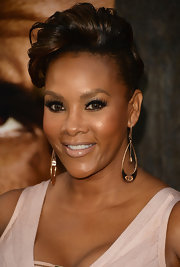 Vivica A. Fox complemented her light-colored frock with a lovely nude lipstick.