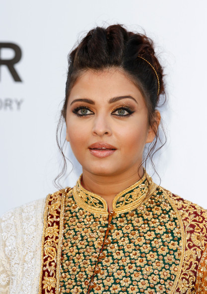 Aishwarya Rai Metallic Eyeshadow [hair,hairstyle,eyebrow,lip,neck,makeover,black hair,long hair,smile,jewellery,cinema against aids - arrivals,aishwarya rai,cinema against aids,france,cap dantibes,hotel du cap,amfar,cannes film festival]
