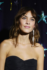 Alexa Chung accessorized with a single (but very eye-catching) diamond chandelier earring.