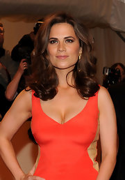 Hayley Atwell posed on the carpet with bouncy curls that floated across her shoulders.