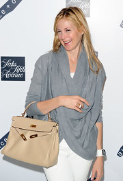 "Actress Kelly Rutherford showed off her classy style with a sophisticated ""Birkin"" bag."