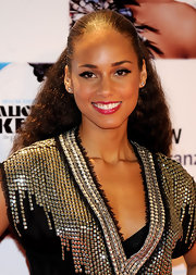 Alicia Keys spiced up her natural look with glossy pink lipstick.