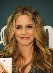 Alicia Silverstone promoted her new book 'The Kind Diet' showing off her long center part curls.