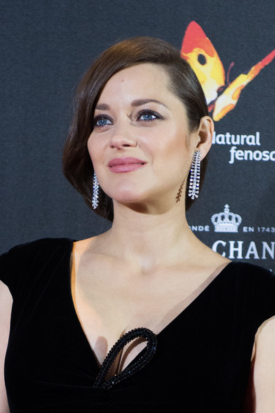 Marion Cotillard amped up the elegance with a pair of dangling diamond earrings by Chopard.