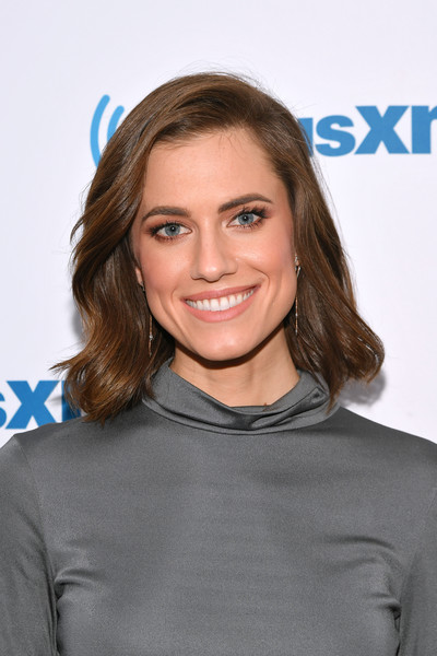Allison Williams Short Wavy Cut [celebrities,allison williams,hair,face,hairstyle,brown hair,blond,long hair,smile,premiere,layered hair,electric blue,new york city,siriusxm,siriusxm studios]