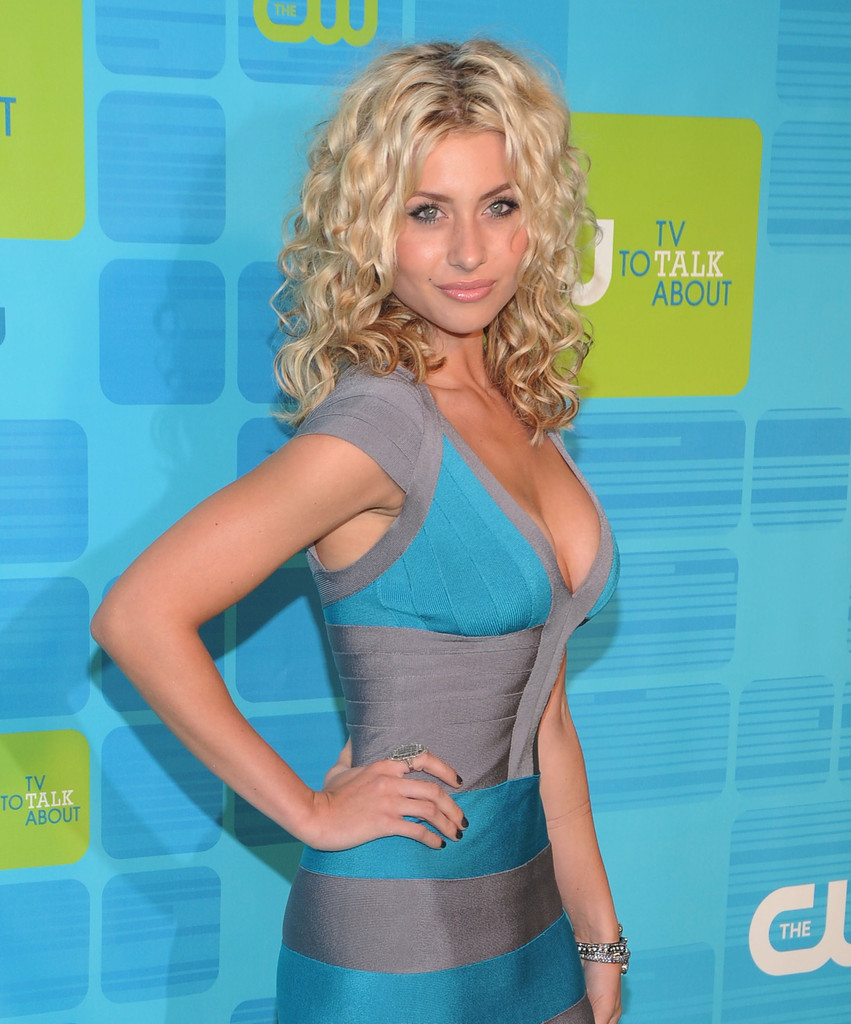 Alyson Michalka Medium Curls Alyson Michalka Hair Looks