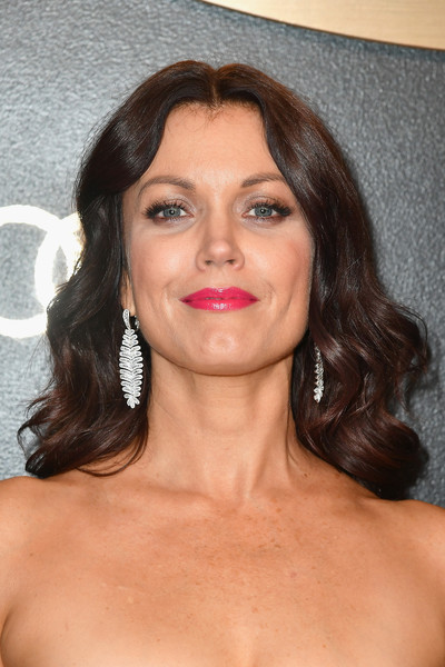 Bellamy Young wore her hair in bouncy waves at the Amazon Studios Golden Globes celebration.