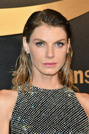 Angela Lindvall rocked wet-look waves at the Amazon Studios Golden Globes celebration.