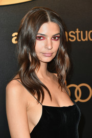 Emily Ratajkowski wore her hair in soft waves at the Amazon Studios Golden Globes celebration.