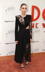 Rooney Mara complemented her dress with simple yet elegant black sandals.
