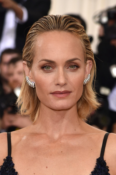 Amber Valletta Short Straight Cut [manus x machina: fashion in an age of technology costume institute gala - arrivals,manus x machina: fashion in an age of technology costume institute gala,hair,face,eyebrow,hairstyle,blond,beauty,lip,fashion,skin,fashion model,amber valletta,new york city,metropolitan museum of art]