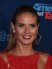Gold square hoops finished off Heidi Klum's chic look.