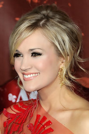 Carrie opted for dark and full lashes with a sprinkling of gold shadow.