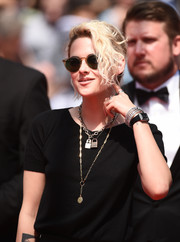 Kristen Stewart jazzed up her simple outfit with some pendant necklaces.