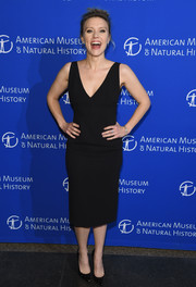 Kate McKinnon chose a simple and classic V-neck LBD for the American Museum of Natural History's 2017 Museum Gala.
