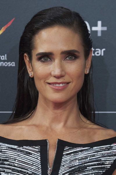 Jennifer Connelly attended the San Sebastian Film Festival premiere of 'American Pastoral' wearing this wet-look hairstyle.