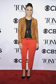 Sara Bareilles finished off her outfit with a camel-colored leather jacket.