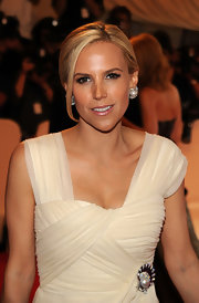 Designer Tory Burch showed off her large diamond and pearl earrings by donning a classic bun.
