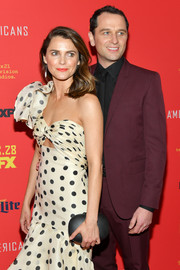 Keri Russell paired an oval hard-case clutch with a polka-dot frock for the premiere of 'The Americans' season 6.