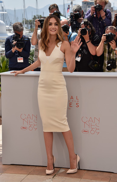Ana de Armas Form-Fitting Dress [hands of stone,dress,hair,clothing,shoulder,hairstyle,fashion,lady,beauty,leg,footwear,ana de armas,photocall,photocall,cannes,france,cannes film festival,palais des festivals]