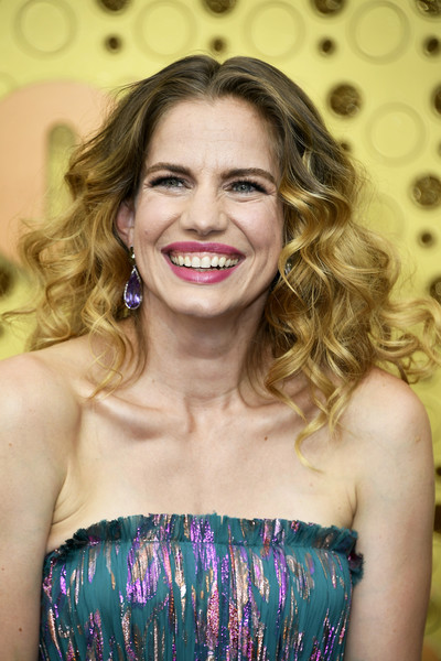 Anna Chlumsky Long Curls [hair,face,blond,hairstyle,beauty,eyebrow,lady,lip,long hair,smile,arrivals,anna chlumsky,emmy awards,microsoft theater,los angeles,california]