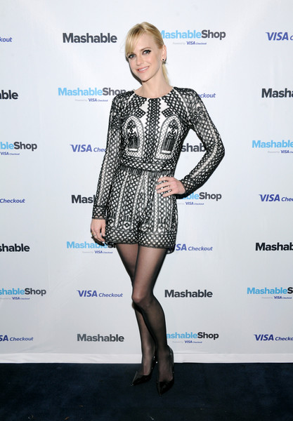 Anna Faris kept it comfy and cute in a black-and-white geometric-patterned romper at the Mashable Shop launch event.
