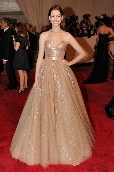 Anne Hathaway Strapless Dress [american woman: fashioning a national identity,gown,flooring,fashion model,dress,carpet,beauty,lady,fashion,red carpet,haute couture,anne hathaway,arrivals,costume institute gala benefit,metropolitan museum of art,new york city,met gala,opening,exhibition]